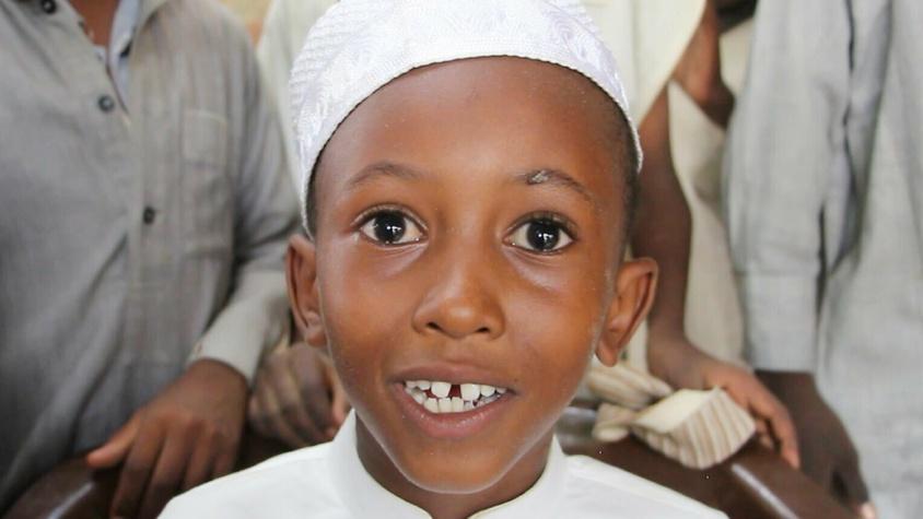Garçon sourire aux lèvres qui bénéficie de votre don humanitaire Tchad