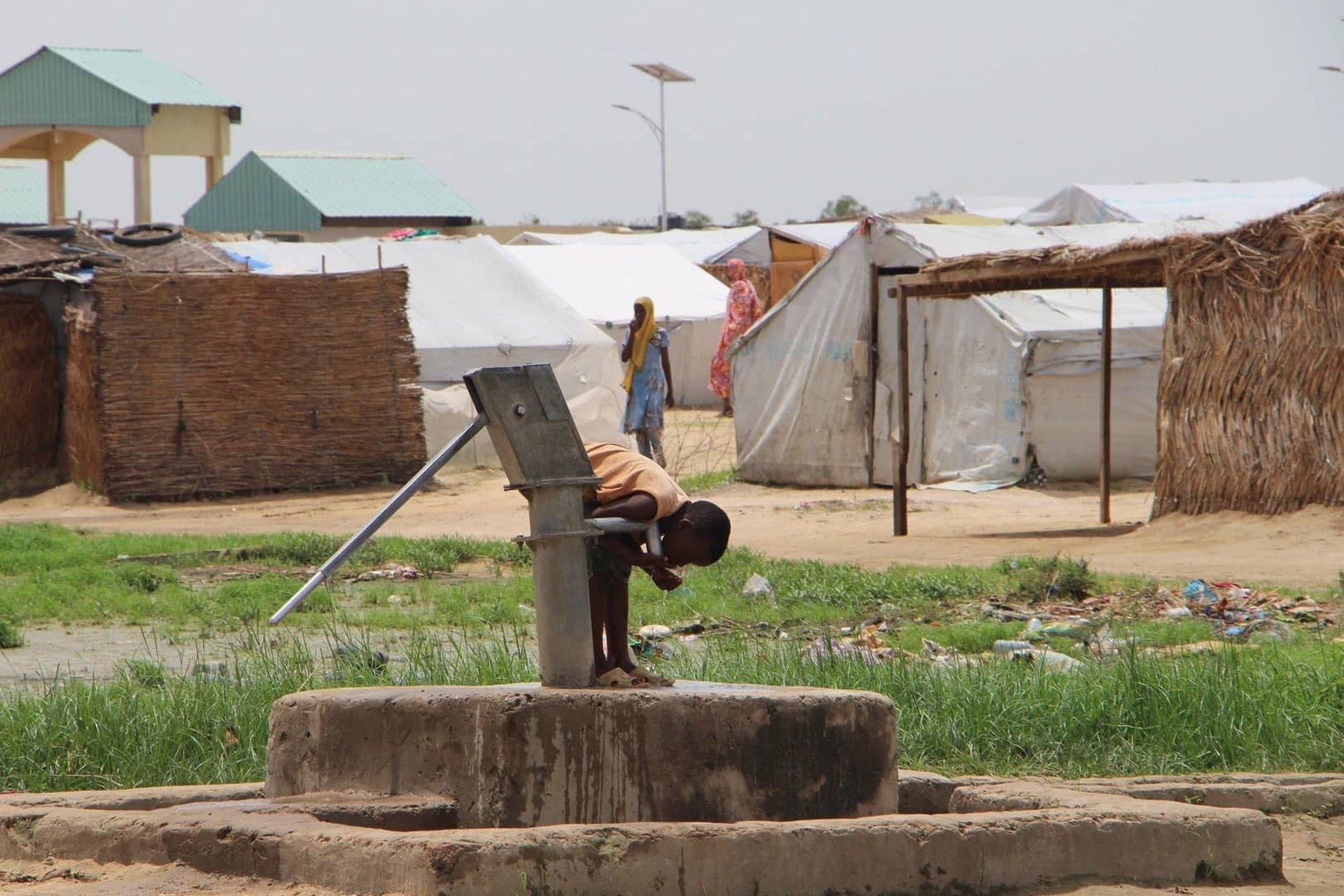 Enfant profitant d'un puits sadaqa jariya pour boire grâce à vos dons humanitaires pour le Tchad